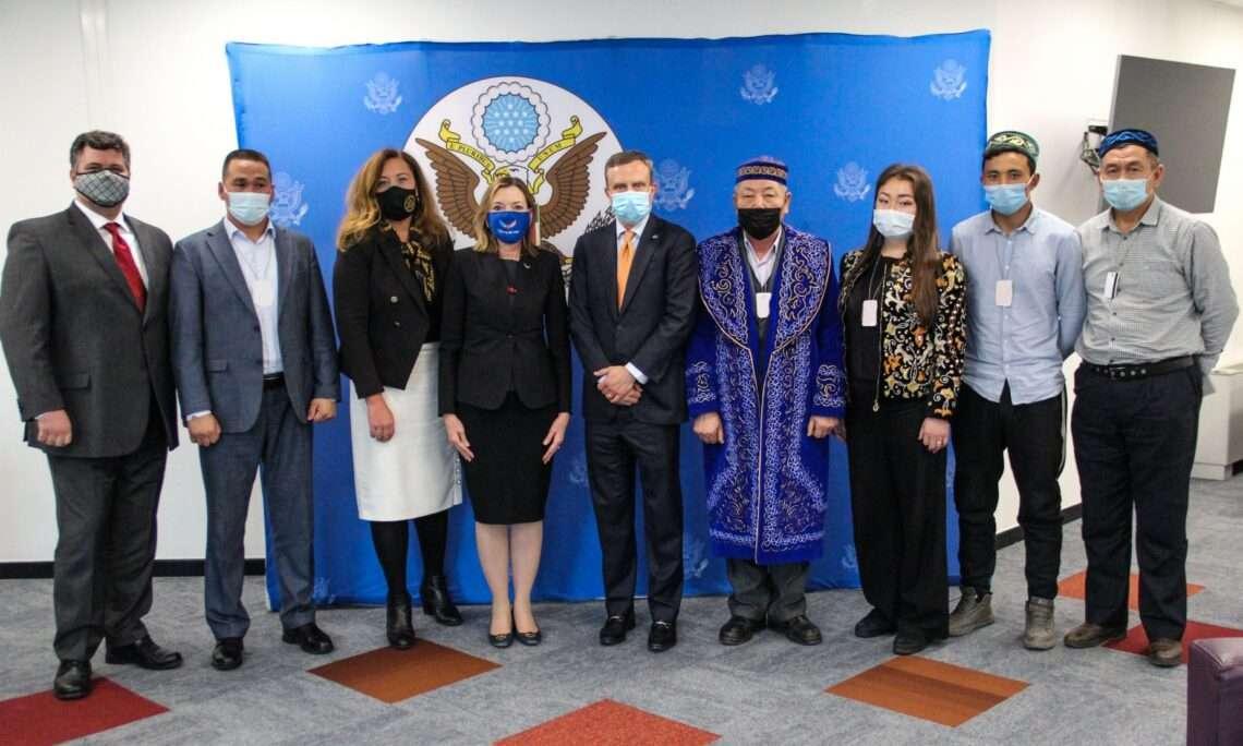 Помощник госсекретаря Мари Ройс встретилась с уйгурами и этническими казахами, ранее содержавшимися в лагерях в Синьцзяне