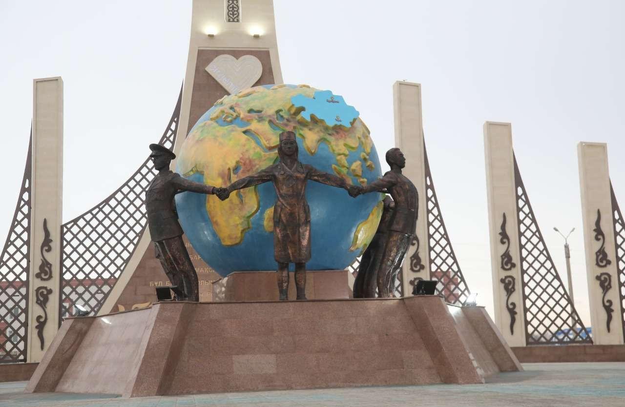 В монументе