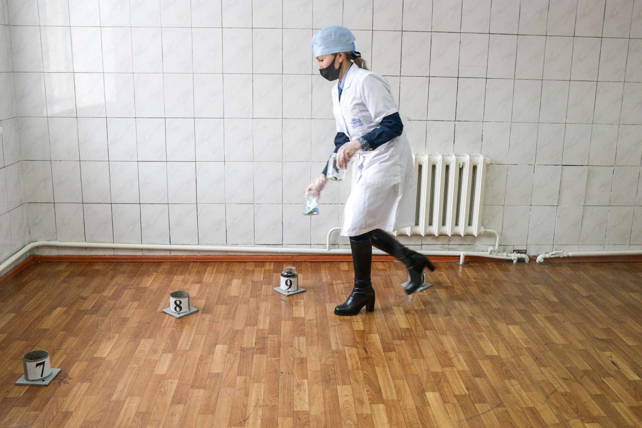 Одоролог маман ұяшықтарды қою кезінде үстіне арнайы медициналық киімдер киеді