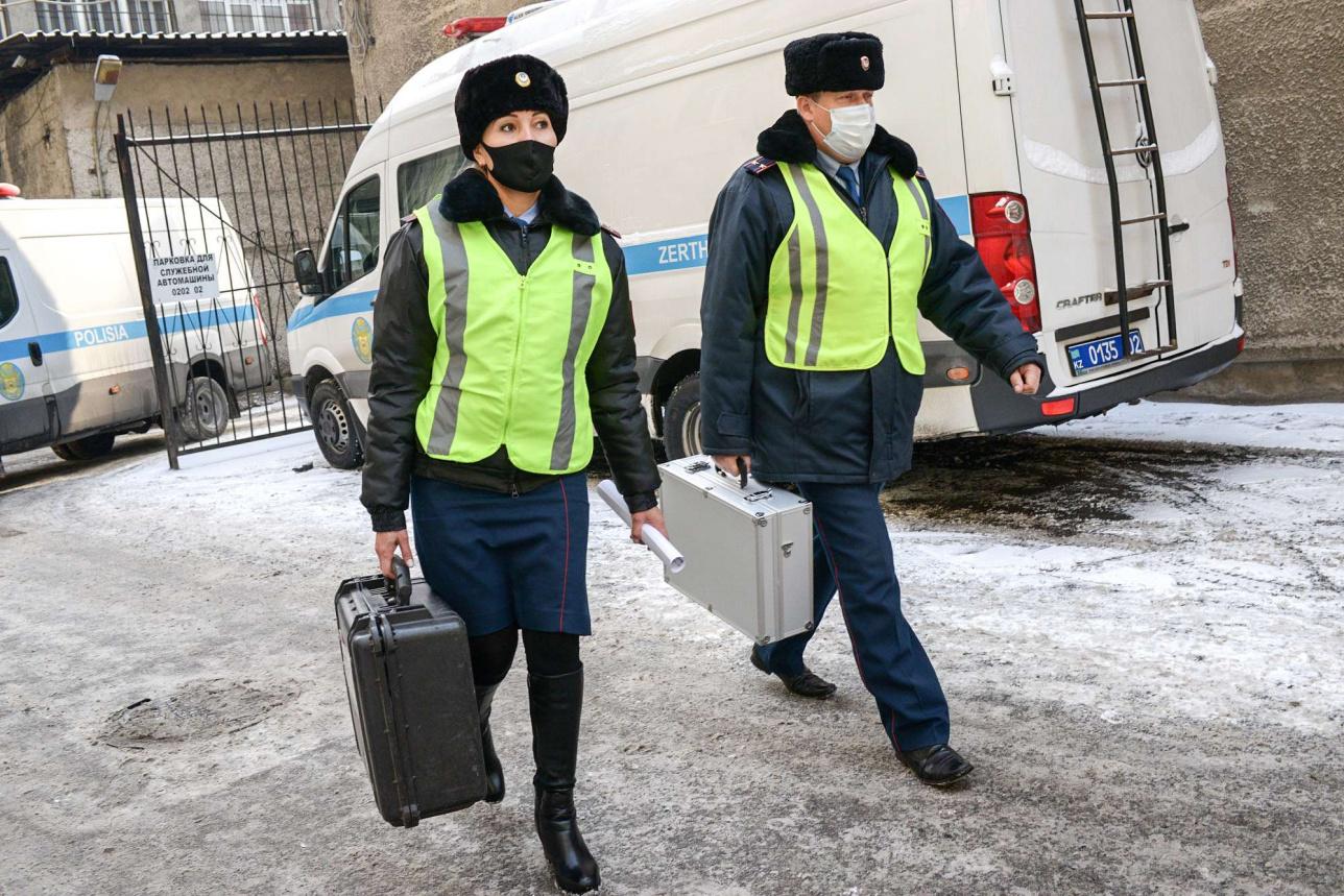 Криминалист мамандар қылмыс орнына өздерінің арнайы зертханалық көліктерімен барады