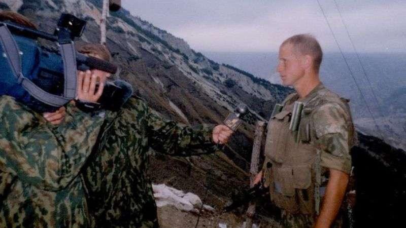 """Эта и несколько других фотографий Олега Пулатова были опубликованы на сайте Киевского высшего общекомандного училища, которое он закончил. Расследователи считают, что именно этот человек находился рядом с """"Буком"""" в момент пуска ракеты по малайзийскому """"Боингу"""". Пулатов это отрицае"""