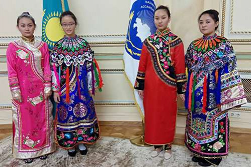Девушки в дунганских национальных костюмах