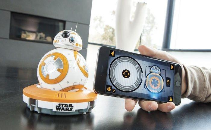 Управляют BB-8 с помощью смартфона.