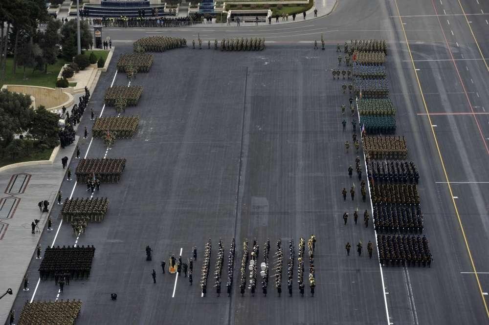 Перед трибуной прошли военнослужащие разных родов войск