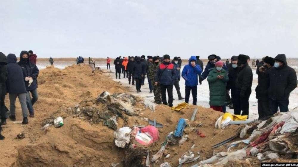 Бытовые и производственные отходы сваливали в траншеи. Жители посёлка требуют закрыть предприятие