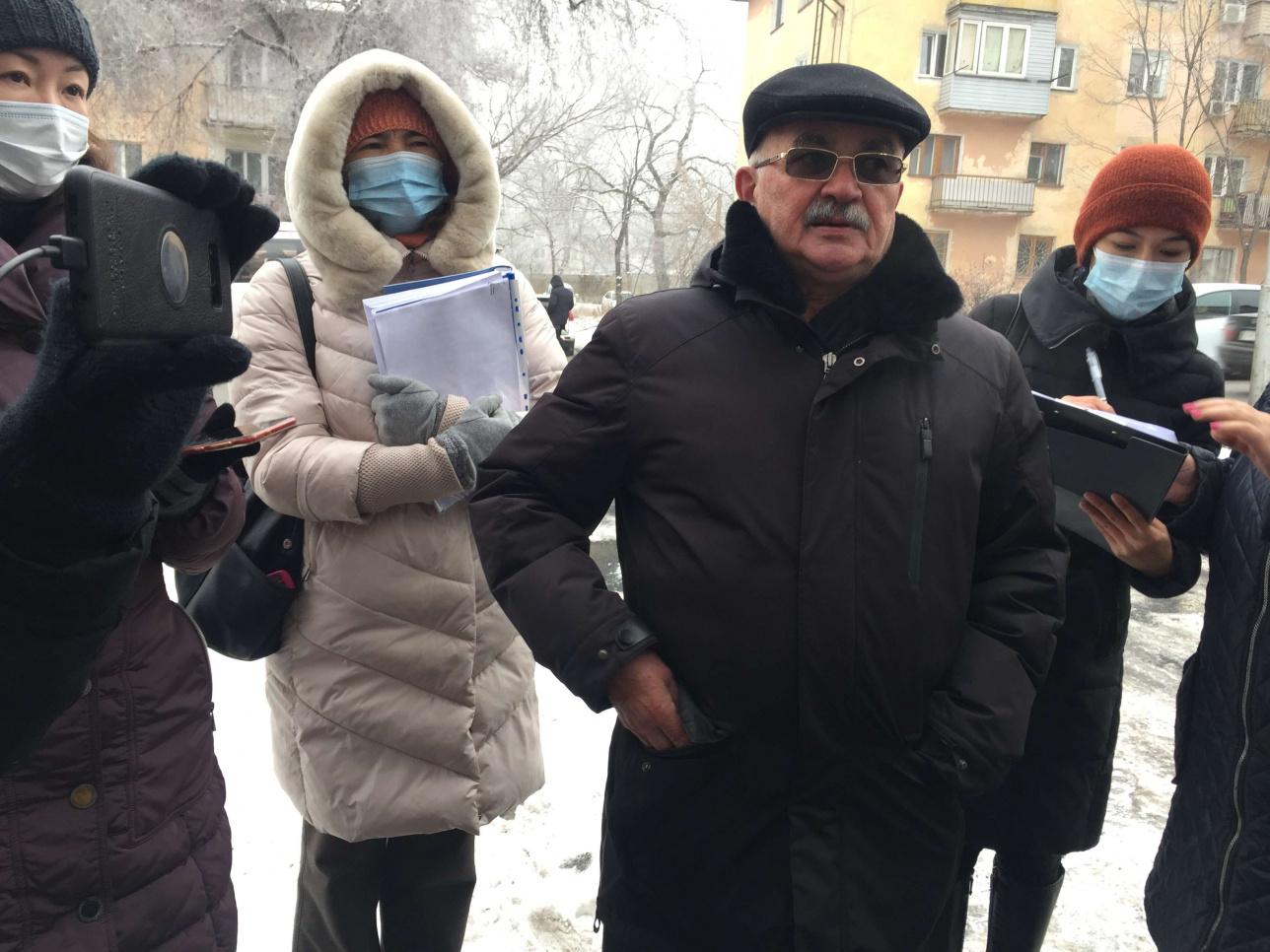В центре фото житель микрорайона Юрий Тютяков и другие участники общественных слушаний