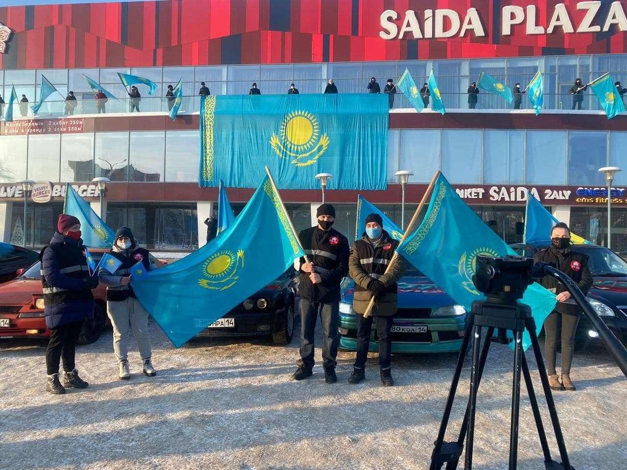 В Павлодаре прошла акция, посвящённая государственному флагу
