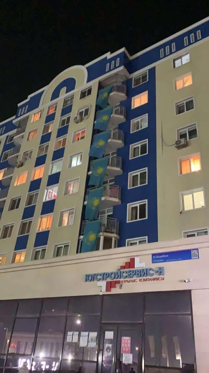 Жители Шымкента вывешивают на своих домах государственные флаги
