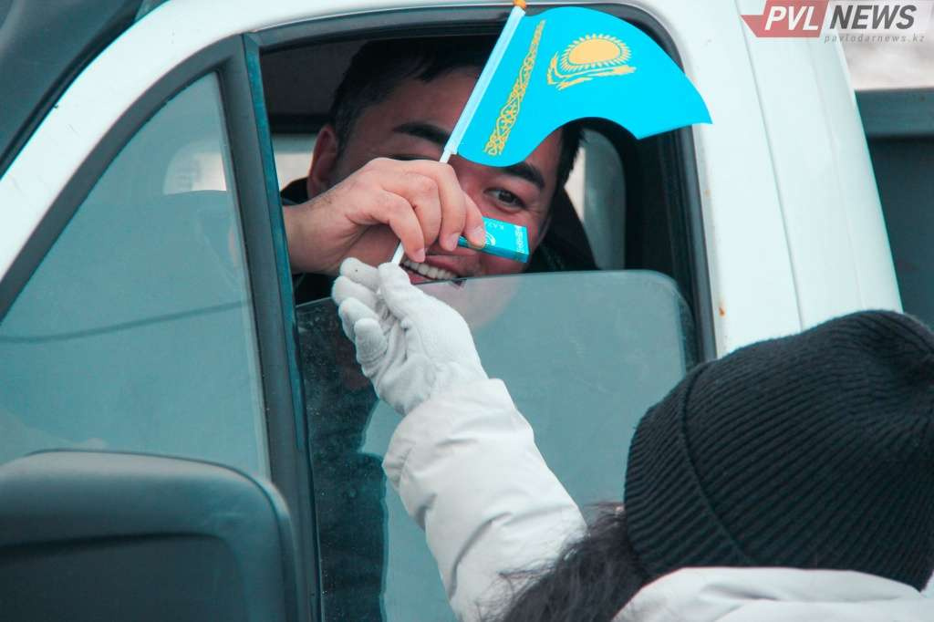 Въезжающих в Павлодар на блокпостах встретили шоколадом