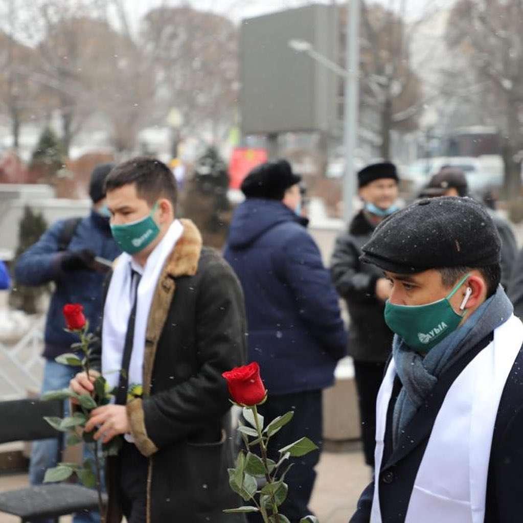 """Члены партии """"Ауыл"""" возложили цветы к монументу Независимости в Алматы"""