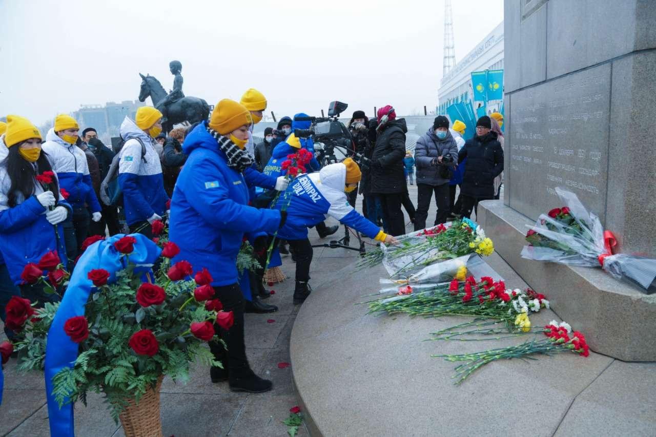 Жасотановцы возложили цветы к памятнику в Алматы