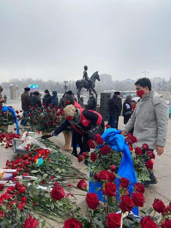 Члены партии НПК возложили цветы в Алматы