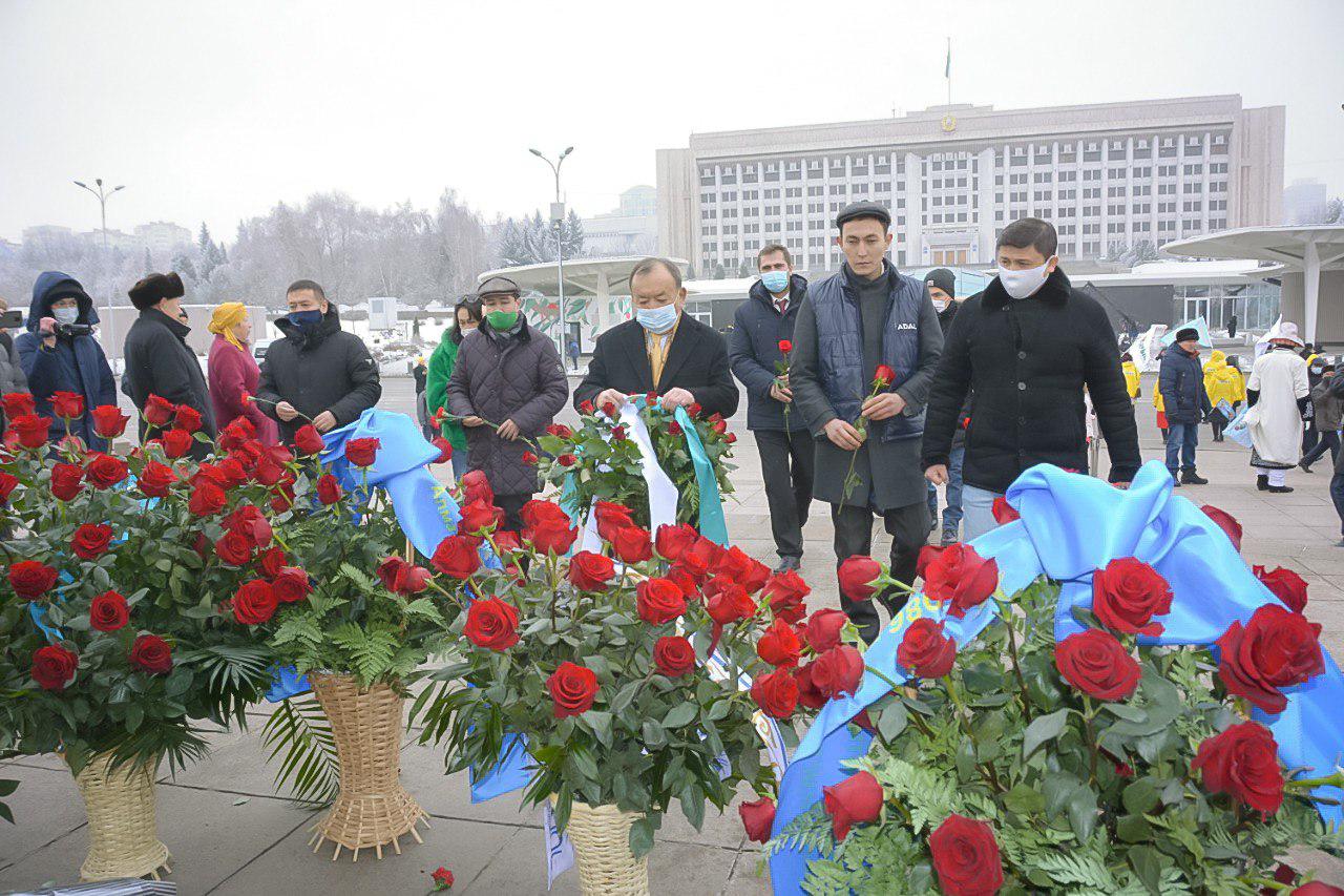 Члены партии Adal возложили цветы к монументу Независимости в Алматы
