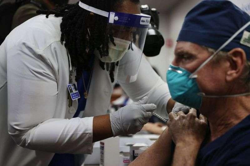 Во всех странах, уже одобривших ту или иную вакцину, в числе первых прививку делают медработники