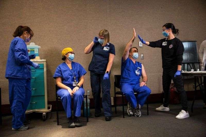 В среду началась вакцинация в Портленде, штат Орегон. Врачи поздравляют друг друга после прививки