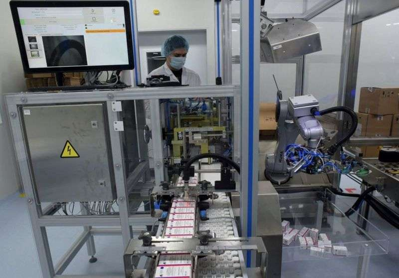Крупные разработчики запустили препарат в массовое производство параллельно с началом клинических испытаний, еще не зная, будет ли вакцина работать, чтобы к моменту получения первых результатов уже были наготове несколько миллионов доз