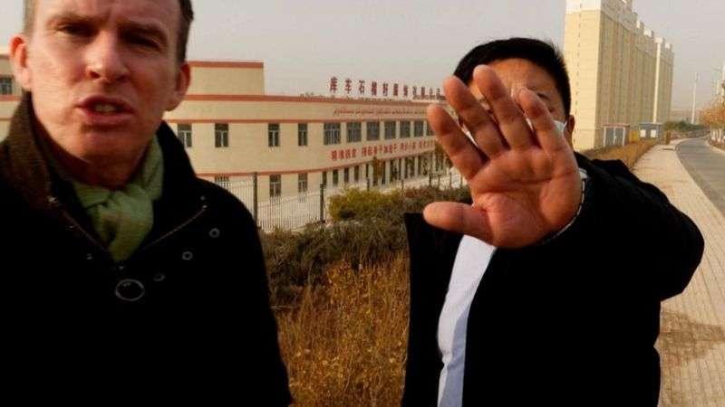 За корреспондентом Би-би-си Джоном Садуортом (слева) постоянно следили и пытались мешать ему снимать