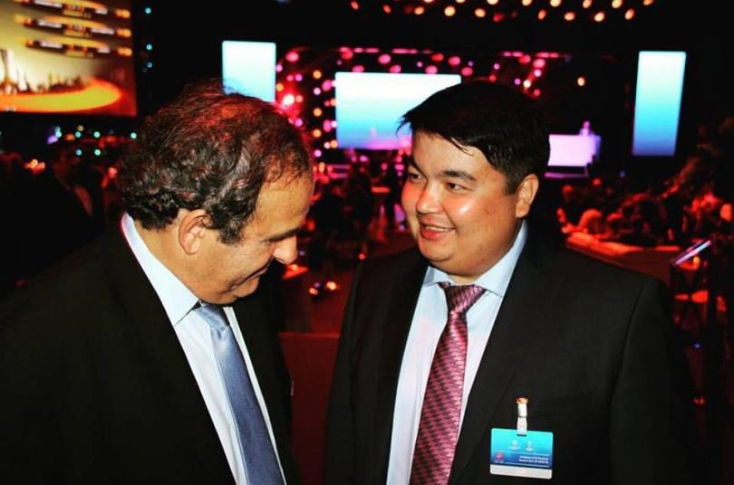 Президент УЕФА Мишель Платини и кандидат в президенты Федерации футбола Казахстана Касымжан Мукатаев обсуждают будущее казахстанского футбола