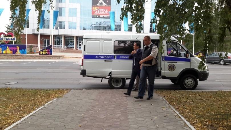 В суд экс-акима Костаная привезли в казенном автозаке.