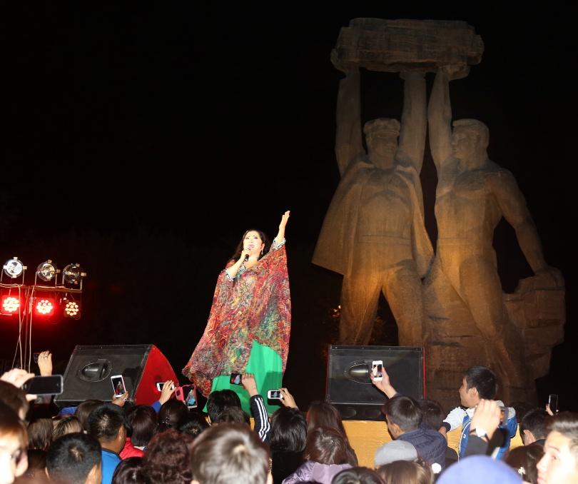 Макпал Жунусова дала большой концерт в Караганде