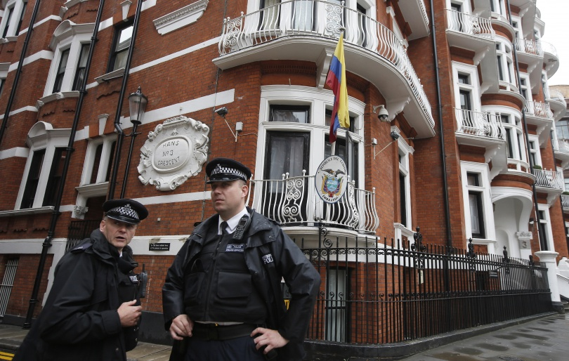 Британская полиция сняла круглосуточное наблюдение за посольством Эквадора.