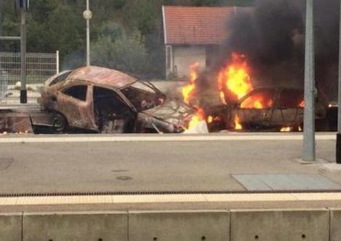 Цыгане подожгли автомобили на железнодорожных путях.