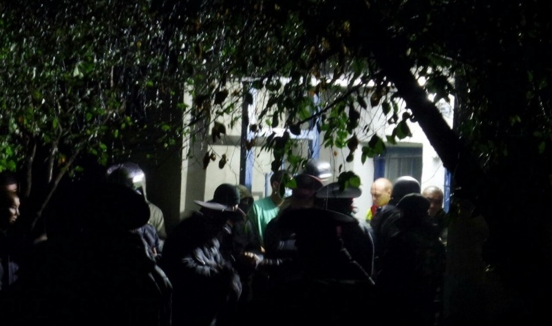 Силовики возле подъезда дома, в котором укрывался террорист.