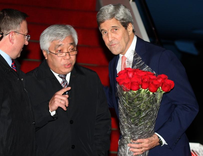 Американскому гостю вручили букет роз