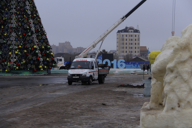 Строители демонтируют ледовый городок