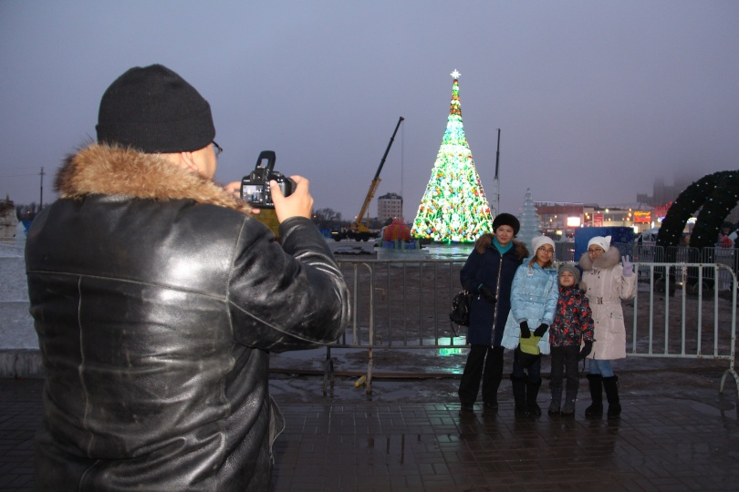 Пришедшие погулять в ледовом городке вынуждены фотографироваться за его пределами