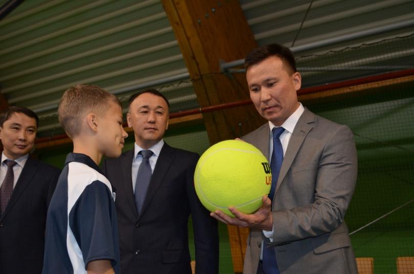 Теннисный корт посетили аким Костаная и глава Костанайской области
