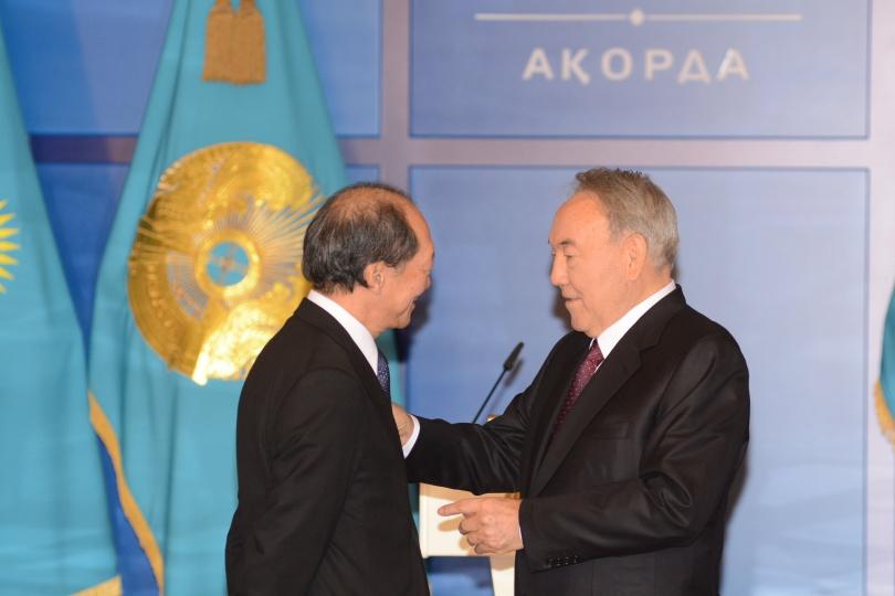 Назарбаев вручает орден Шигеу Катсу