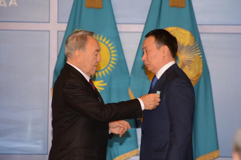 Президент вручает орден Асылжану Мамытбекову