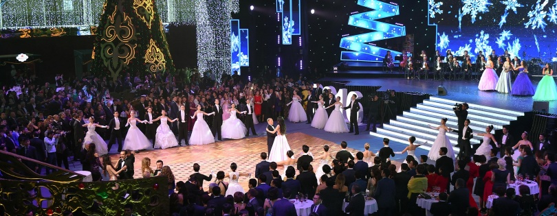 Назарбаев посетил бал в столице и поздравил всех с Новым годом.