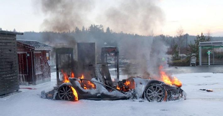 АвтомобильTesla сгорел дотла