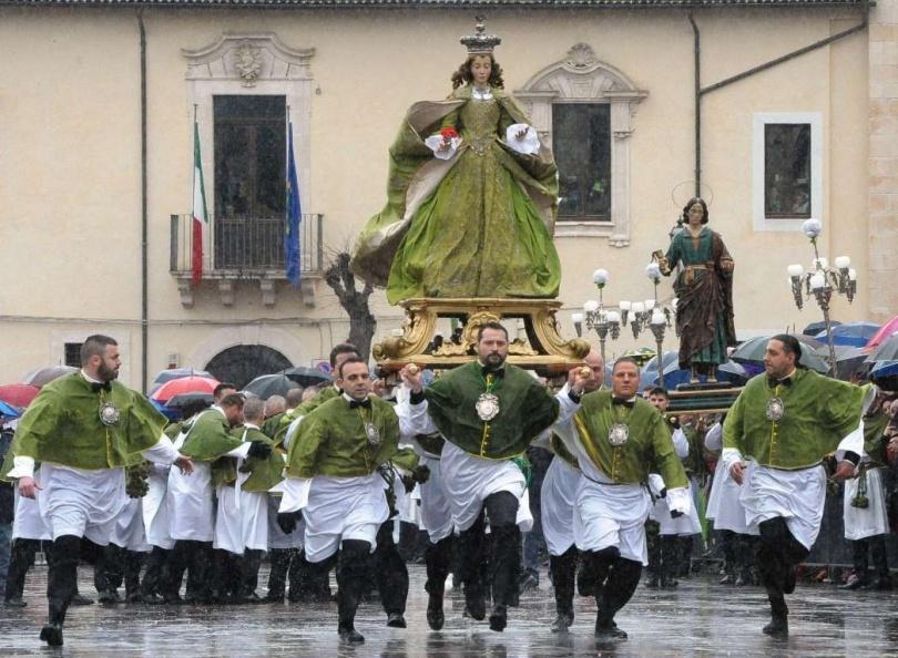 Пасхальное шествие в городе Сулмона, в Италии. (Фото: Claudio Lattanzio/AP Photo)