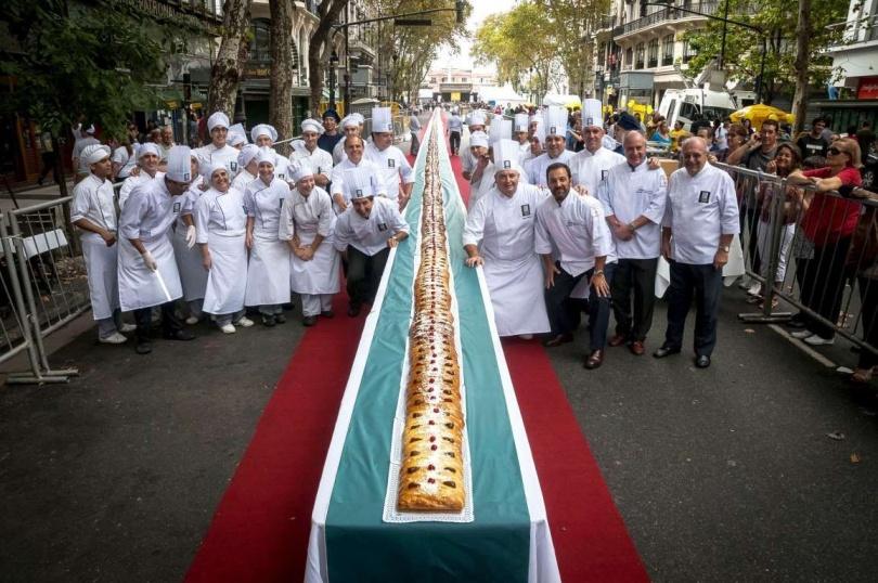 Вот это пасхальный пирог! Пасха в Буэнос-Айресе, Аргентина. (Фото: REX Features)
