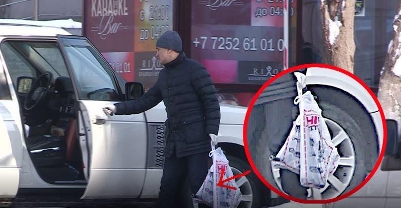 Полицейские изъяли несколько пакетов с оружием.