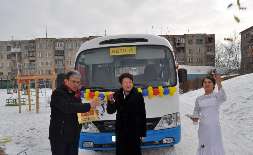 Подарки детям привезли на подаренном же автобусе