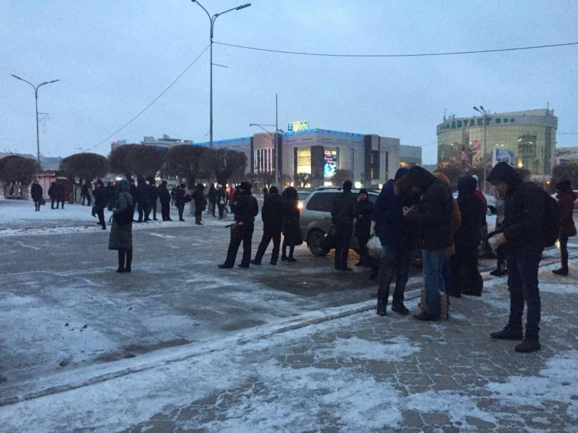 Несколько десятков человек стоят на остановке, желающих уехать из Караганды в Темиртау, однако автобусы не останавливаются