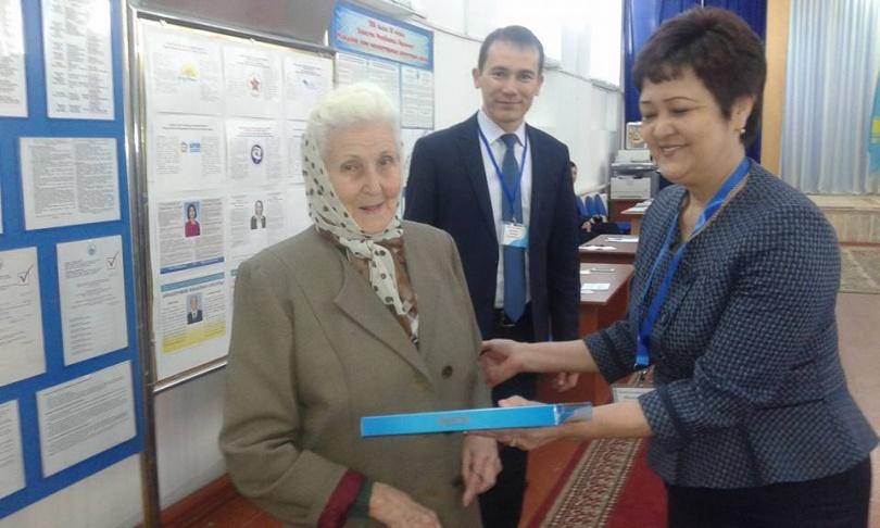 88-летняя бабушка пришла на выборы в Таразе