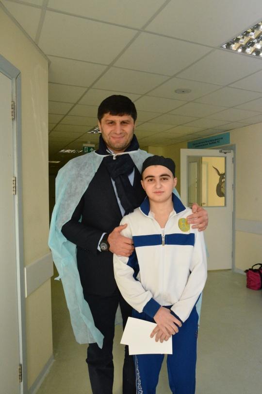 Ислам Байрамуков с юным алматинским борцом, который заболел страшным недугом