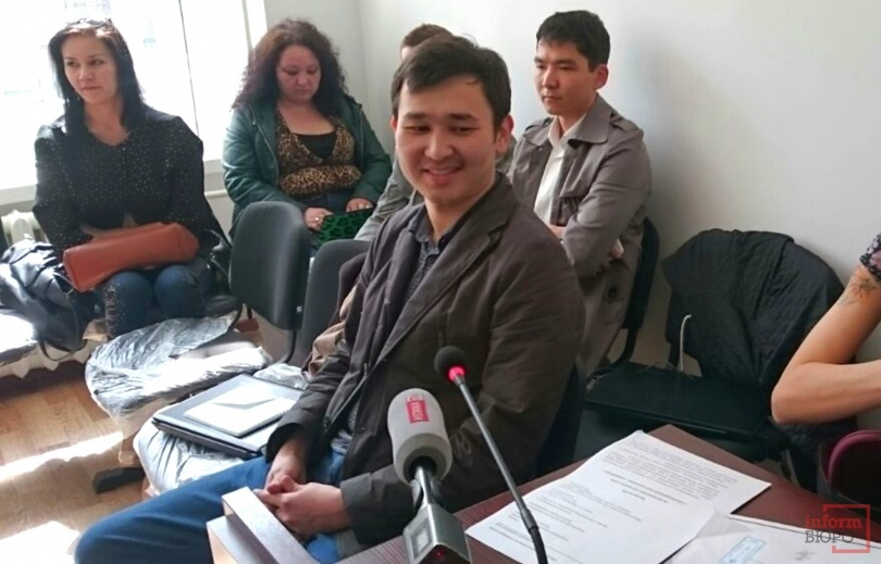 Асет Матаев изначально сел рядом с посетителями, но судья потребовал пройти в кабину для подозреваемых