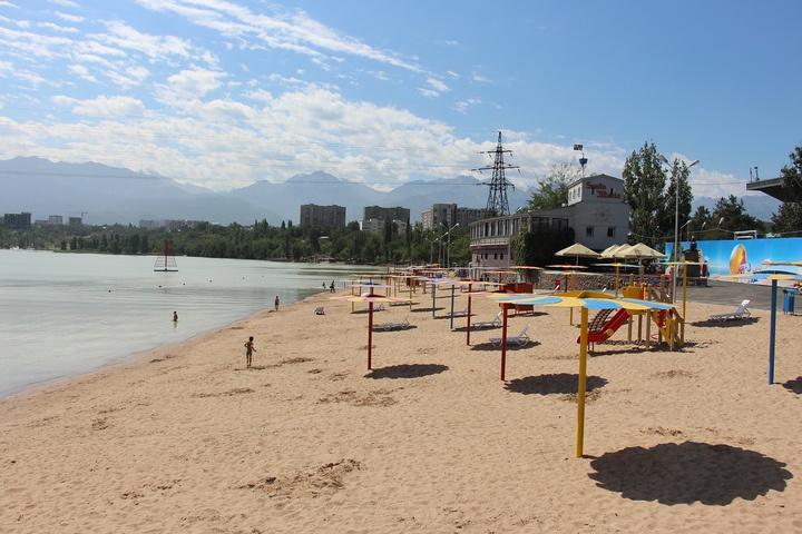 Благоустроенный пляж озера Сайран