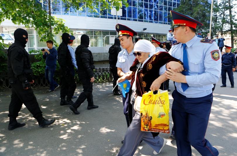 Полиция Алматы проводит задержание потенциального участника митинга