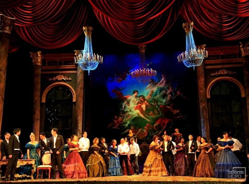 "Фрагмент оперы ""Травиата"" на на сцене ГАТОБ им. Абая"