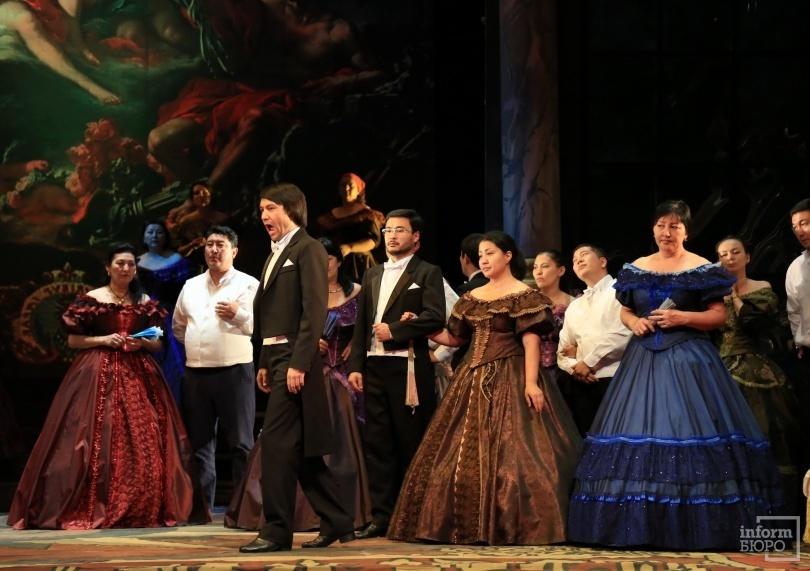 На сцене солист ГАТОБ им. Абая Нуржан Бажекенов