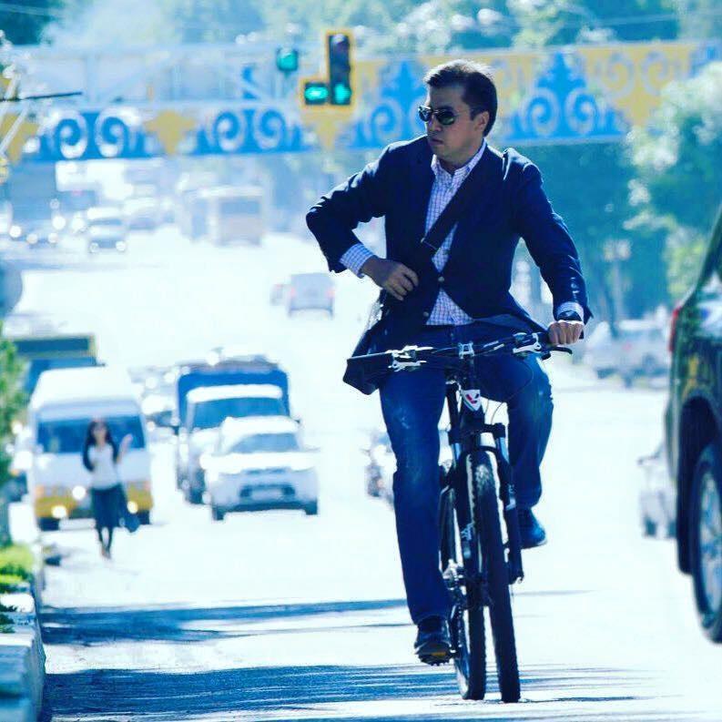 Аким Шымкента на велосипеде