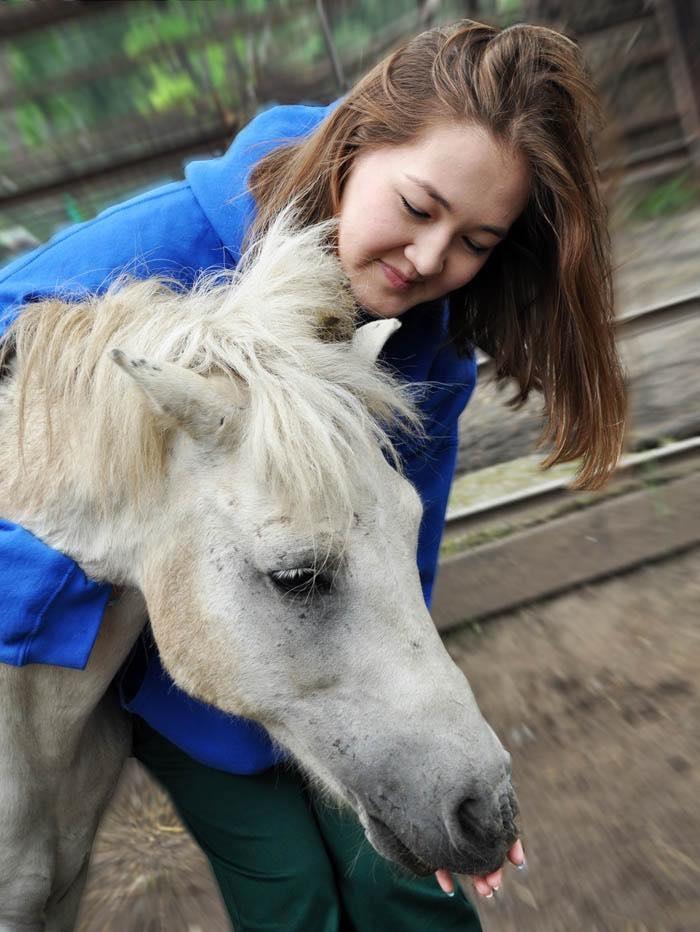 Пони-мама в зоопарке Алматы