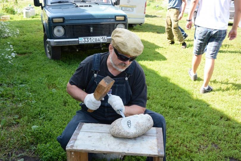 Археологам приходится обрабатывать сотни камней, чтобы найти артефакт
